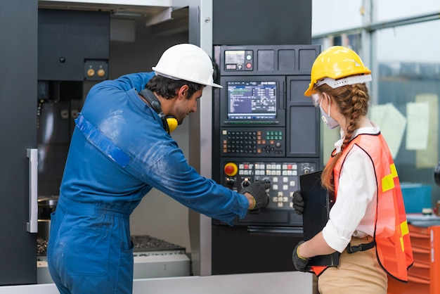 Hombre ingeniero enseñanza mujer ingeniero ajuste comando control operativo