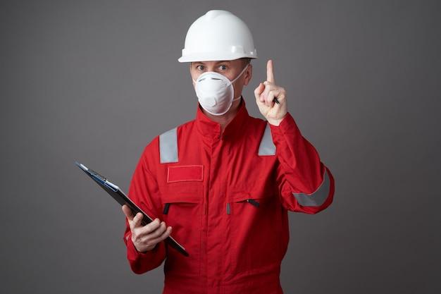 Hombre ingeniero, trabajador de la construcción con mascarilla