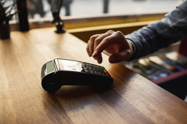 El hombre ingresa datos en una terminal móvil