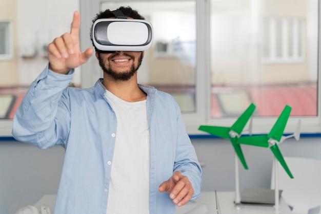 Hombre innovando la energía eólica en el mundo de la realidad virtual