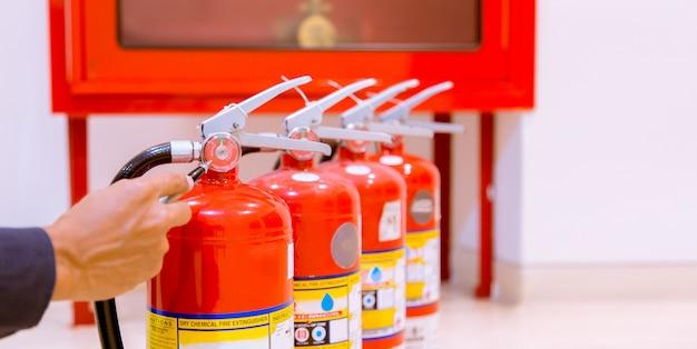 Hombre inspección profesional extintor de incendios