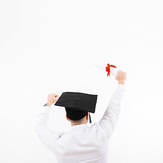 Hombre irreconocible celebrando la graduación