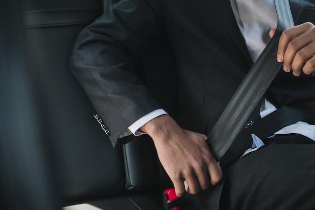 Hombre irreconocible con cinturón de seguridad