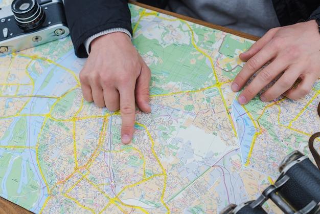 Hombre irreconocible con el mapa