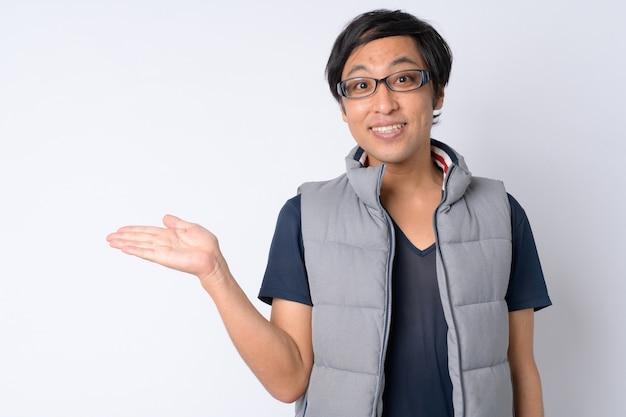 Hombre japonés listo para ir de excursión en blanco