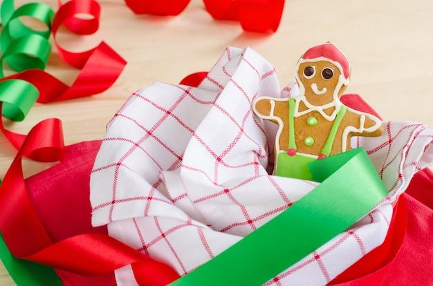 Hombre de jengibre feliz decorado para la fiesta de navidad