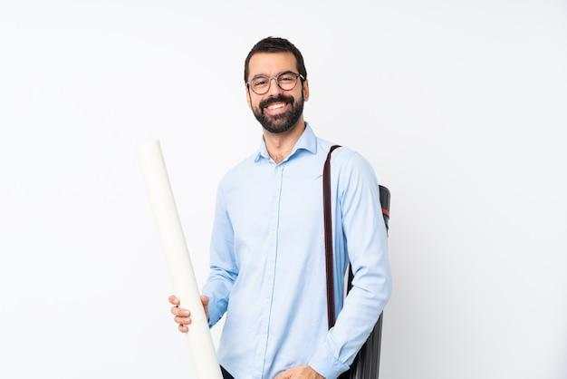 Hombre joven arquitecto con barba sobre risa blanca aislada