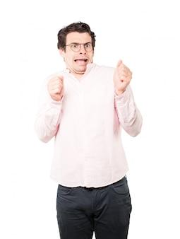 Hombre joven asustado que grita