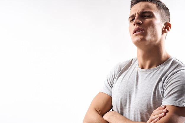 Hombre joven atleta masculino inflado muscular