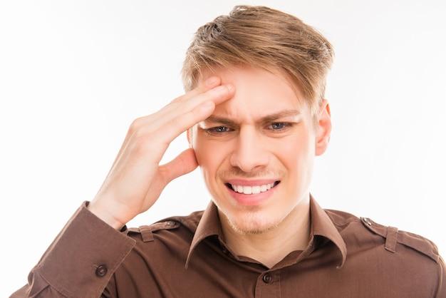 Hombre joven atractivo que sufre de migraña fuerte