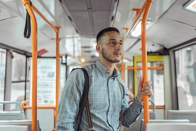 Hombre joven en el autobús