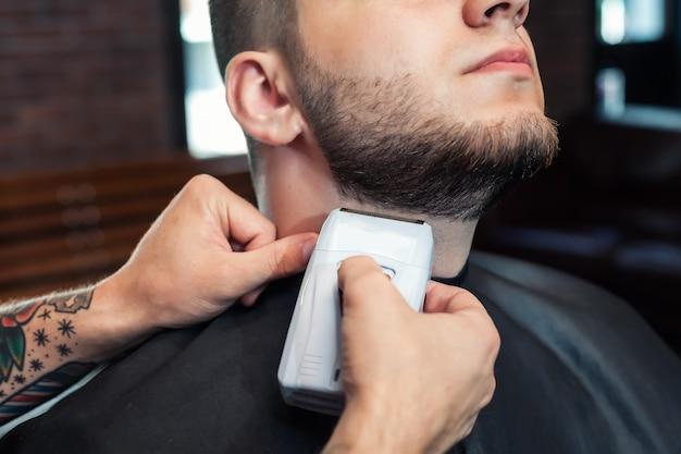 Hombre joven con barba afeitada