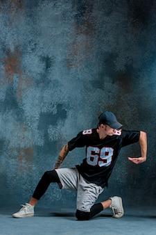 Hombre joven break dance en la pared de la pared.