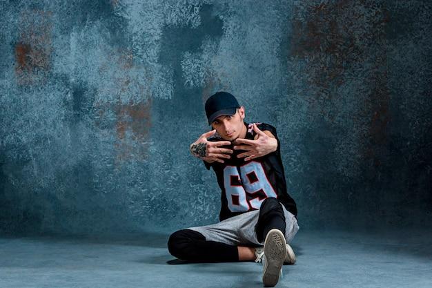 Hombre joven break dance en la pared.