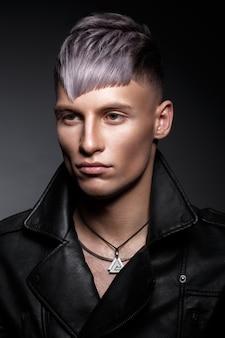 Hombre joven con cabello púrpura y maquillaje creativo y cabello.