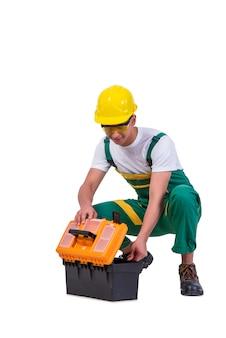 Hombre joven con la caja de herramientas del juego de herramientas aislada en blanco
