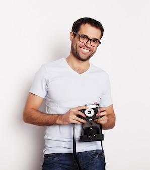 Hombre joven con una cámara retro