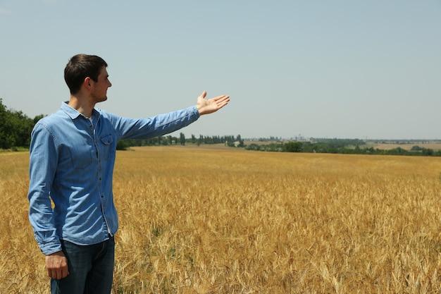 Hombre joven en campo de cebada.