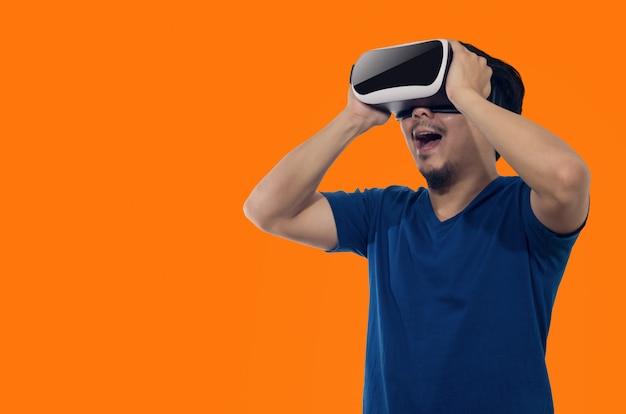 Hombre joven con casco de realidad virtual.