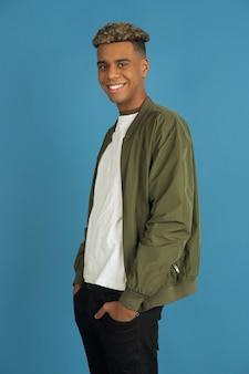 Hombre joven con chaqueta verde