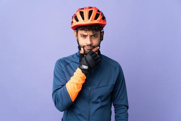 Hombre joven ciclista marroquí aislado