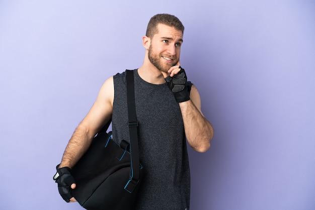 Hombre joven deporte con bolsa de deporte aislado