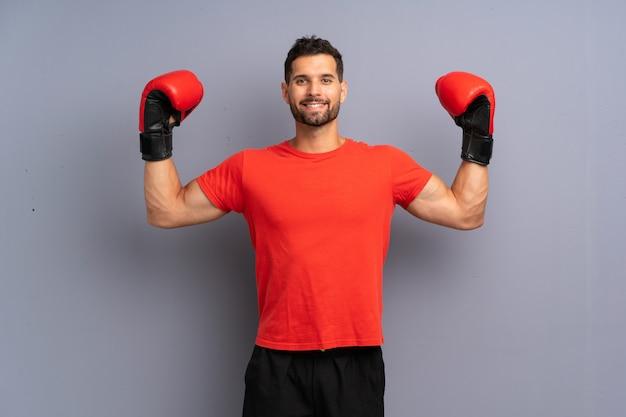Hombre joven deporte con guantes de boxeo