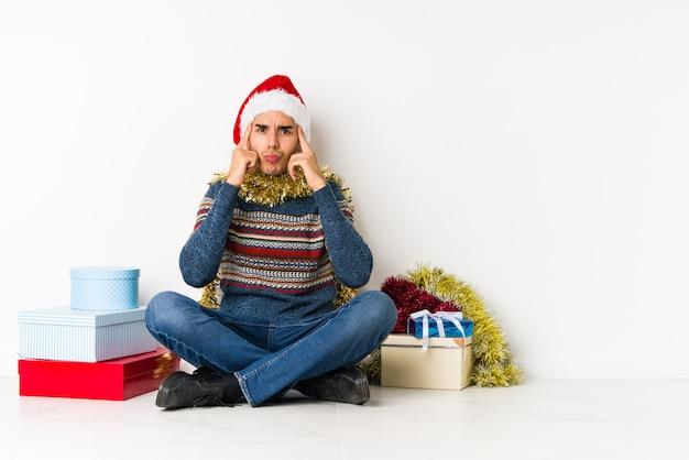 Hombre joven el día de navidad que muestra que ella no tiene dinero.