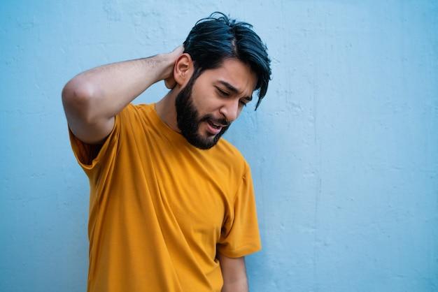 Hombre joven con dolor de cuello.