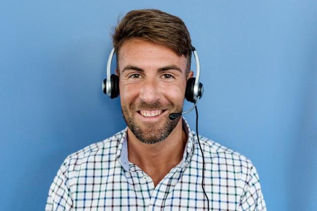 Hombre joven ecuchando música