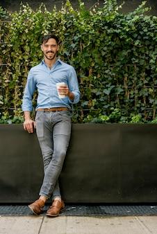 Hombre joven elegante coffee break