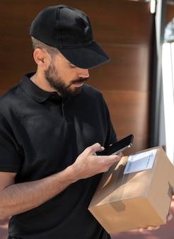 Hombre joven entregando un pedido