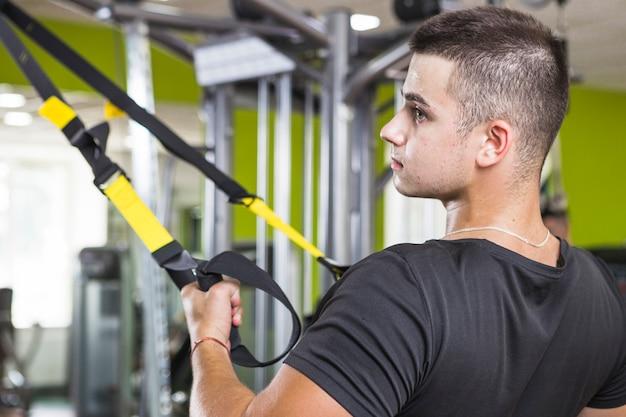 Hombre joven entrenando en el gimnasio