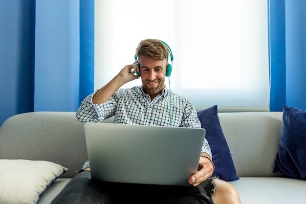 Hombre joven escuchando música