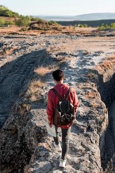 Hombre joven con estilo disfrutando de viaje