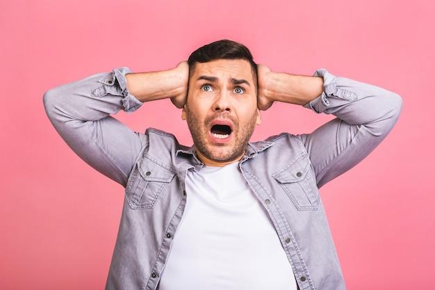 Hombre joven estupefacto aturdido conmocionado mantiene la boca ampliamente abierta, siendo sorprendido, expresa gran sorpresa