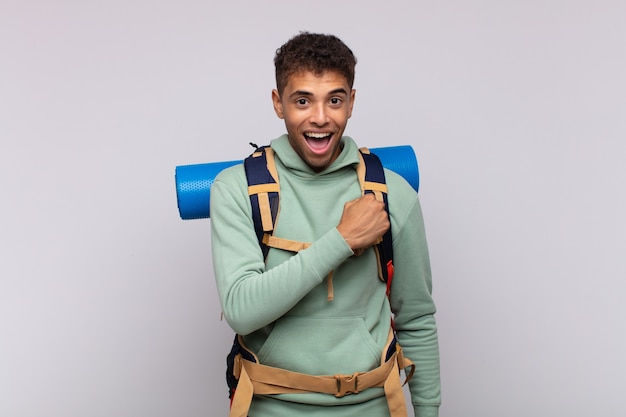 Hombre joven excursionista que se siente feliz, positivo y exitoso, motivado cuando se enfrenta a un desafío o celebra buenos resultados