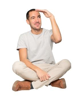 Hombre joven feliz con un gesto de apartar la mirada