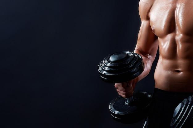 Hombre joven fitness en estudio