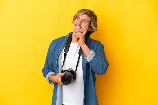 Hombre joven fotógrafo aislado