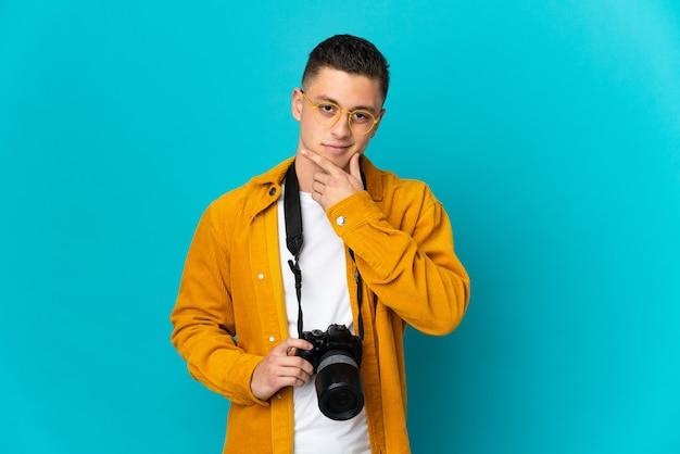 Hombre joven fotógrafo caucásico aislado