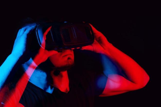 Un hombre joven con gafas de realidad virtual de alta tecnología.
