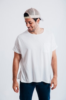 Hombre joven con gorra