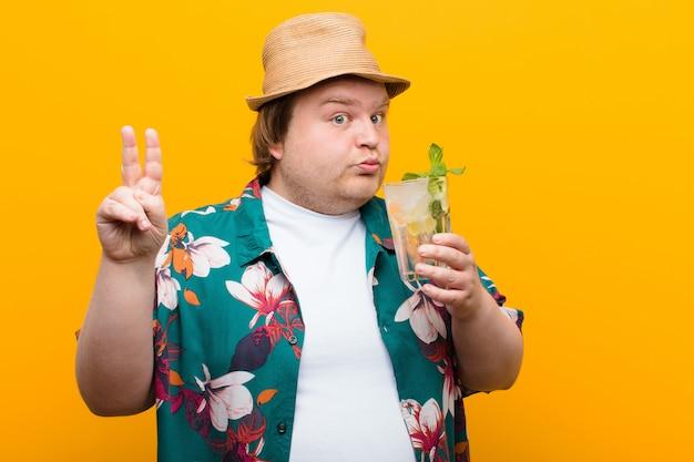Hombre joven de gran tamaño con una bebida mojito