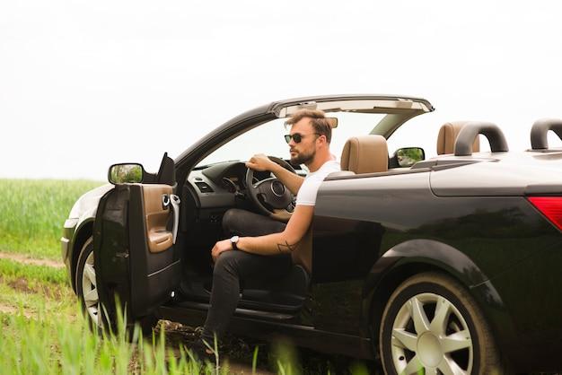 Hombre joven haciendo un road trip