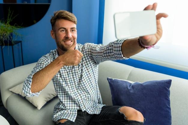Hombre joven haciéndose un selfie