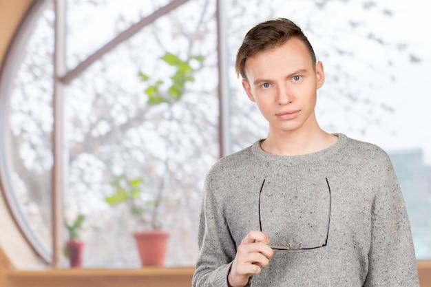 Hombre joven hermoso en vidrios