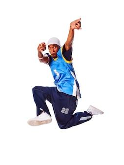 Hombre joven de hip-hop que hace movimiento fresco en el fondo blanco