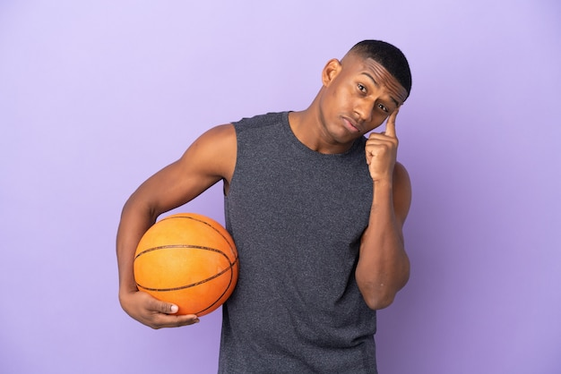 Hombre joven jugador latino de baloncesto aislado