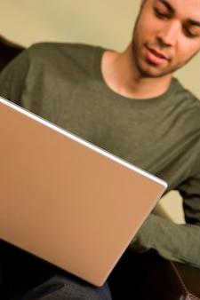 Hombre joven con laptop